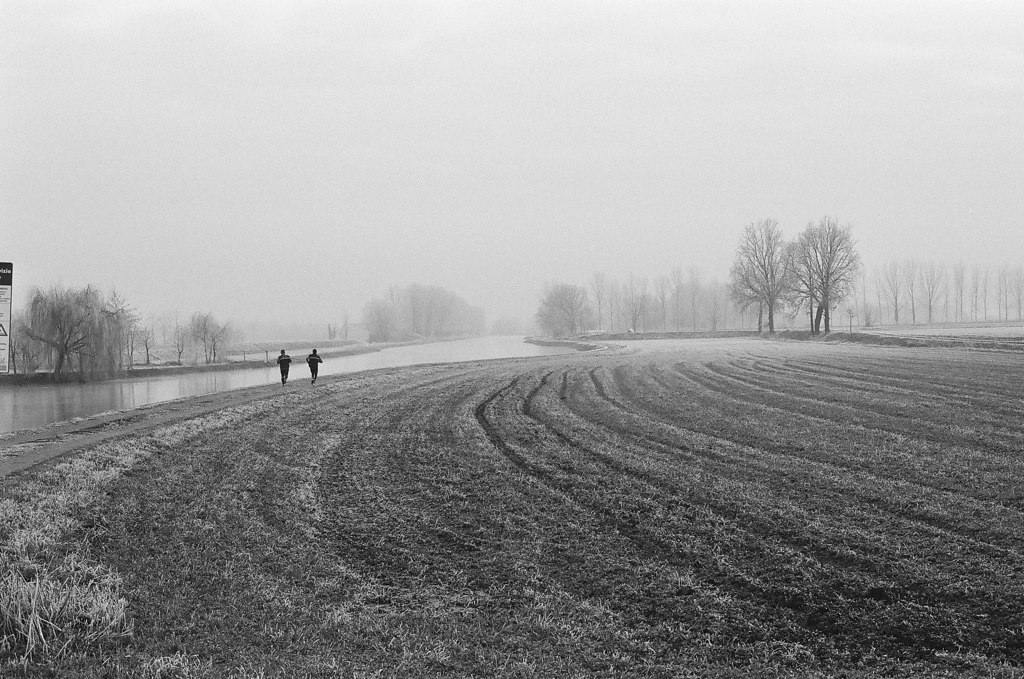 Homens correndo no campo coberto de neve