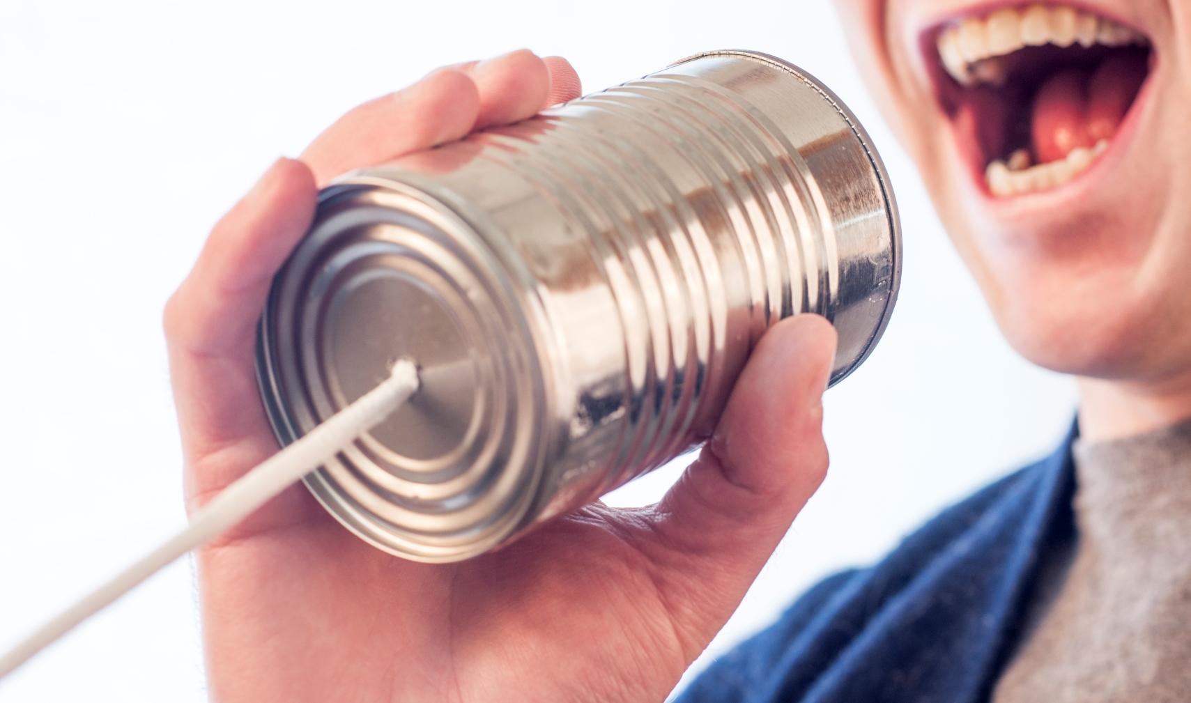 Homem gritando ao telefone sem fio