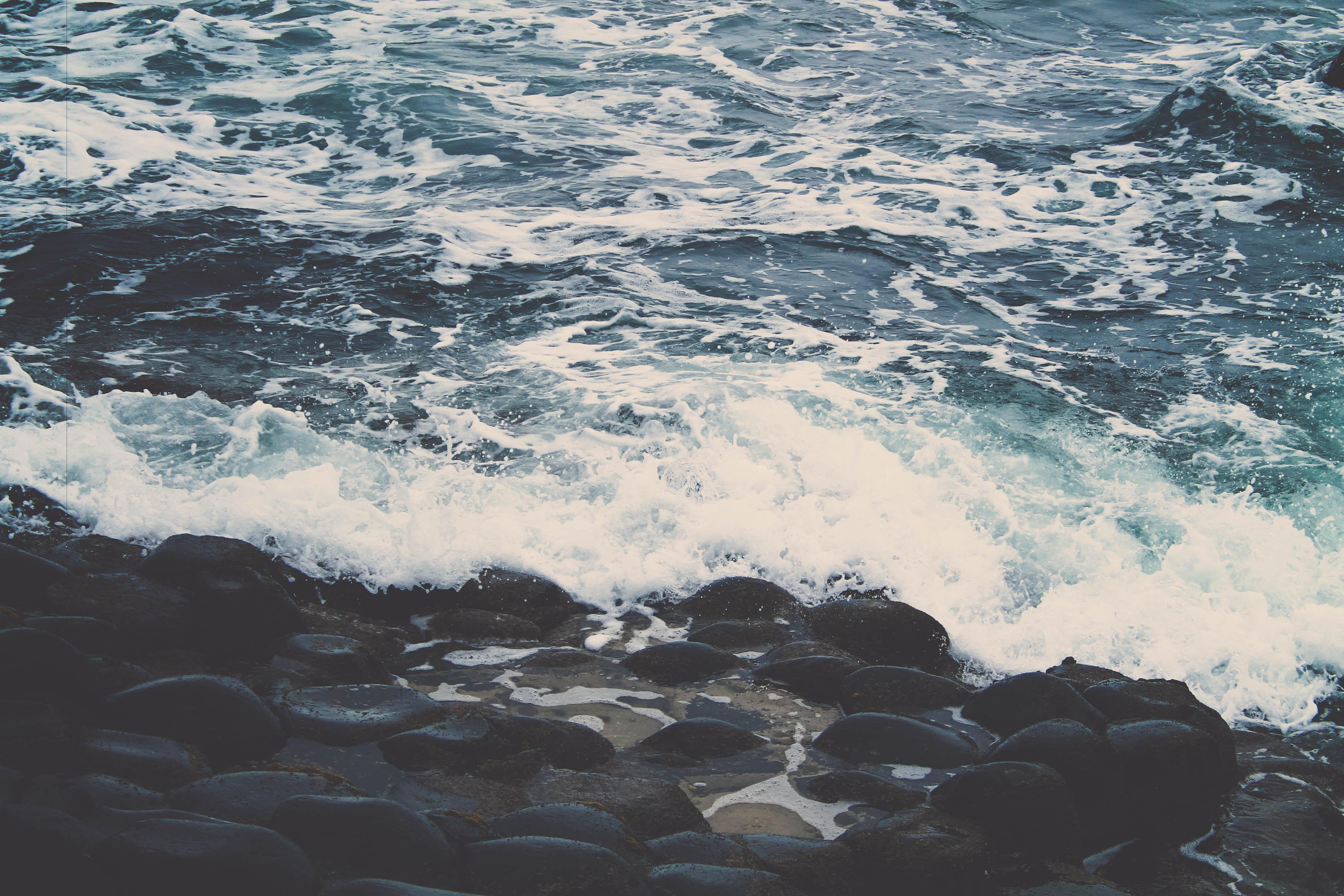 Ondas quebrando no mar sem forma